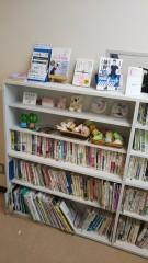 本棚③:本は貸し出しが可能です。